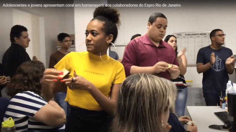 Adolescentes e jovens apresentam coral em homenagem aos colaboradores do Espro Rio de Janeiro