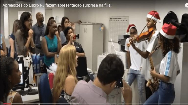 Aprendizes do Espro RJ fazem apresentação surpresa na filial